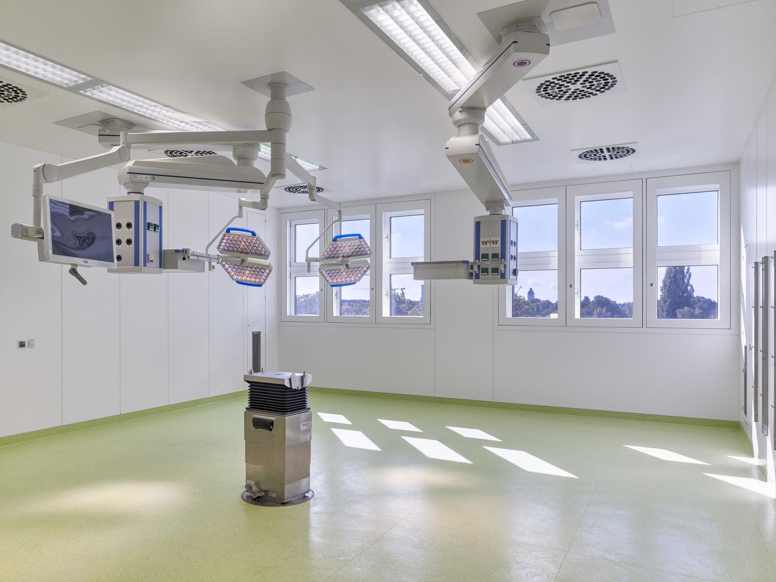 Einer der modernisierten, großzügig gestalteten OP-Säle im Martin-Luther-Krankenhaus (2. Bauabschnitt). Foto: Stefan Müller