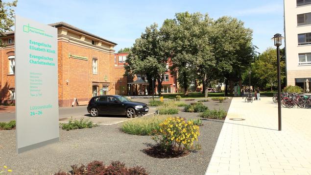 Ein Blick auf den Eingang der Evangelischen Elisabeth Klinik von der Lützowstraße.