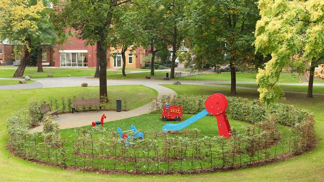 Mitten im Trubel der Großstadt finden unsere Patienten, Besucher und Gäste eine grüne Oase der Ruhe.