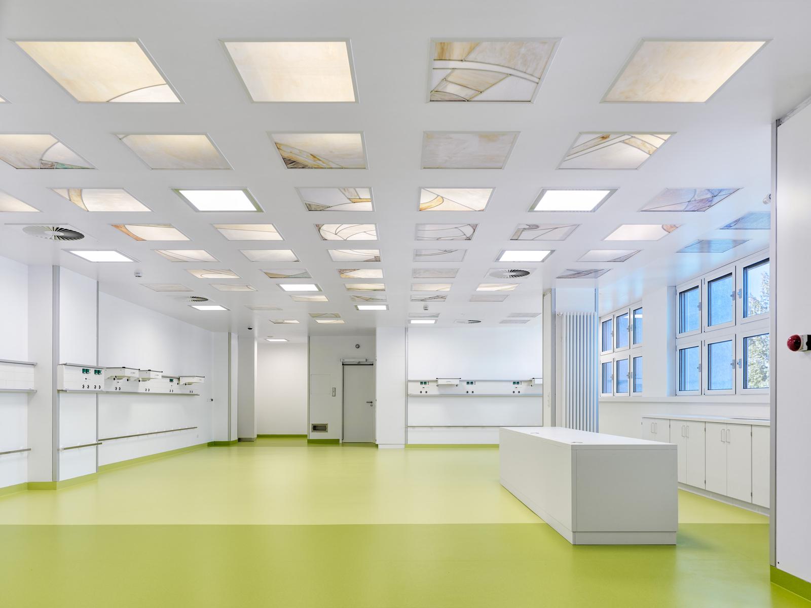 Der neue Aufwachraum bietet mehr Platz. Die bereits vorhandene gläserne Decke mit der Lutherrose wurde in das neue Gestaltungskonzept integriert. Foto: Stefan Müller