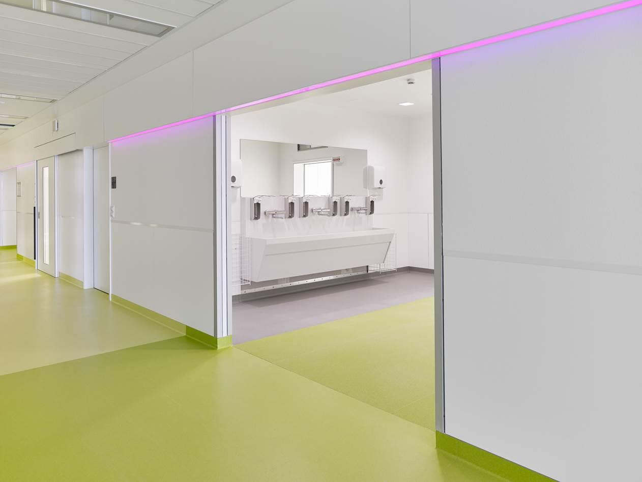 Zentraler Waschbereich im neuen Zentralen OP-Bereich des Martin-Luther-Krankenhauses für die OP-Säle 4 bis 6. Foto: Stefan Müller