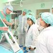 Auch im orthopädischen OP-Saal war der Andrang groß: Leitender Oberarzt der Klinik für Orthopädie, Unfallchirurgie und Sportmedizin Dr. med. Boris Möbius zeigt, wie ein Kunstgelenk eingesetzt wird.