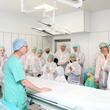Kardiologe PD Dr. med. Michael Laule erklärt die besonderen technischen Vorteile des Hybrid-Operationssaals.
