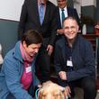 Sie entzückt alle: Therapiehund Fanny mit Therapeutin Peggy Nitzke, Staatssekretär Martin Matz, Sprecher des Vorstandes Andreas Mörsberger und Geschäftsführer Bert Zeckser