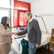 Senatorin Dilek Kalayci begrüßt den Patienten Holger Nebendahl.