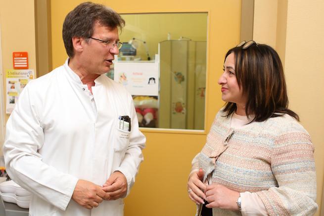 Priv.-Doz. Dr. med. Frank Jochum, Chefarzt der Klinik für Kinder- und Jugendmedizin und Berlins Gesundheitssenatorin Dilek Kolat (SPD)