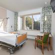 Helle Einzel- und Zweibettzimmer erwarten die Patienten.