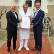 Dirk Hennen von Leading Medicine Guide überreicht Chefarzt Dr. med. Clemens Fahrig und Geschäftsführer Dr. med. Matthias Albrecht das Leading Medicine Guide-Zertifikat 2017