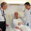 Im Februar wurde Rudolf Dinter operiert, hier im Bild mit Prof. Dr. med. Kleber (links) und Dr. med. Afan (rechts) nach der Operation. Foto: Janet Pötzsch