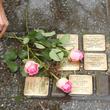 Rosen für die Opfer aus vergangener Zeit, die einst auf dem Gelände des Krankenhauses lebten.