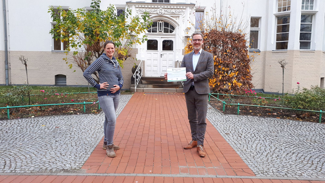 So sehen Sieger aus: Geschäftsführer Dr. med. Matthias Albrecht und Klimamanagerin Laura-Marie Strützke freuen sich über die neue Auszeichnung.