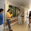 Die Auditoren Dr. Horn und Dr. Khalil (rechts) zeigten sich besonders von den neuen Schau-Übungstafeln auf der Station 14a beeindruckt, die Chefarzt Dr. med. Stephan David (Mitte) erklärt. Foto: Janet Pötzsch