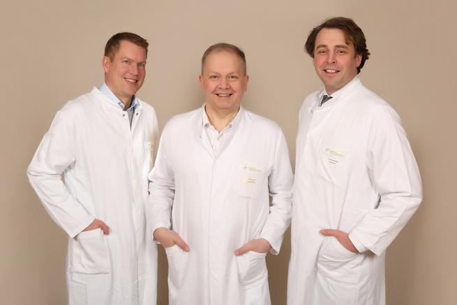 Teamfoto Interdisziplinäres Gefäßzentrum von links nach rechts: Claas Lüdemann (Leitender Angiologe), Dr. Adam Czerwinski (Leitender Gefäßchirurg), Dr. Christian Rosenberg (Chefarzt Klinik Bildgebende Diagnostik und Interventionsradiologie)