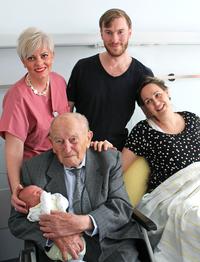 Die frisch gebackenen Eltern Anna Voigt und Benedikt Weiler mit Hebamme Alida Ziemer sowie Georg Kleinschmager. Foto: Janet Pötzsch