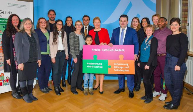 Das Team des Paul Gerhardt Stift Soziales mit den Ministern Giffey und Heil und dem Sprecher des Vorstandes der Paul Gerhardt Diakonie gAG Andreas Mörsberger.