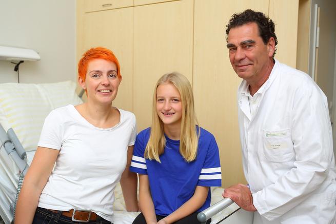 Zum Glück hat`s gar nicht weh getan: Die strahlende Beeke Luise N. mit ihrer Mama Anica und Dr. Carsten Philipp, dem Leiter des Zentrum für Lasermedizin.