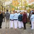 Mitarbeiterinnen und Mitarbeiter haben sich Vormittag des 8. November versammelt, um der Opfer des NS-Regimes zu gedenken.
