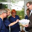 Pflegefachkraft Elke Bubik, Astrid Michaelis, Birgit Bertsch und Steffi Höll (v.l.) freuen sich über die Kitteluhren, überreicht von Geschäftsführer Dr. med. Matthias Albrecht (r.)