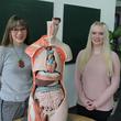 Anna-Luisa Pötzsch und Julia Lindemann, beide Azubis im 3. Ausbildungsjahr an der Krankenpflegeschule am Paul Gerhardt Stift, nehmen am kommenden Montag am Vorentscheid der Deutschen Meisterschaft der Pflege in Leipzig teil und wollen sich für den Endausscheid im Juni qualifizieren.