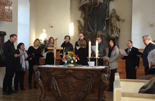 Trösten und Erinnern: Der Chor der Mitarbeitenden der Evangelischen Lungenklinik stimmte während der Gedenkstunde vierstimmige Choräle an.
