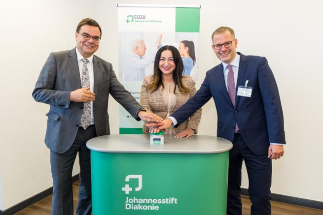 Andreas Mörsberger, Vorstandssprecher der Johannesstift Diakonie, Gesundheitssenatorin Dilek Kalayci und Martin Grenz, Geschäftsführer des EGZB, schalten das kostenlose Patienten-WLAN frei (von links).